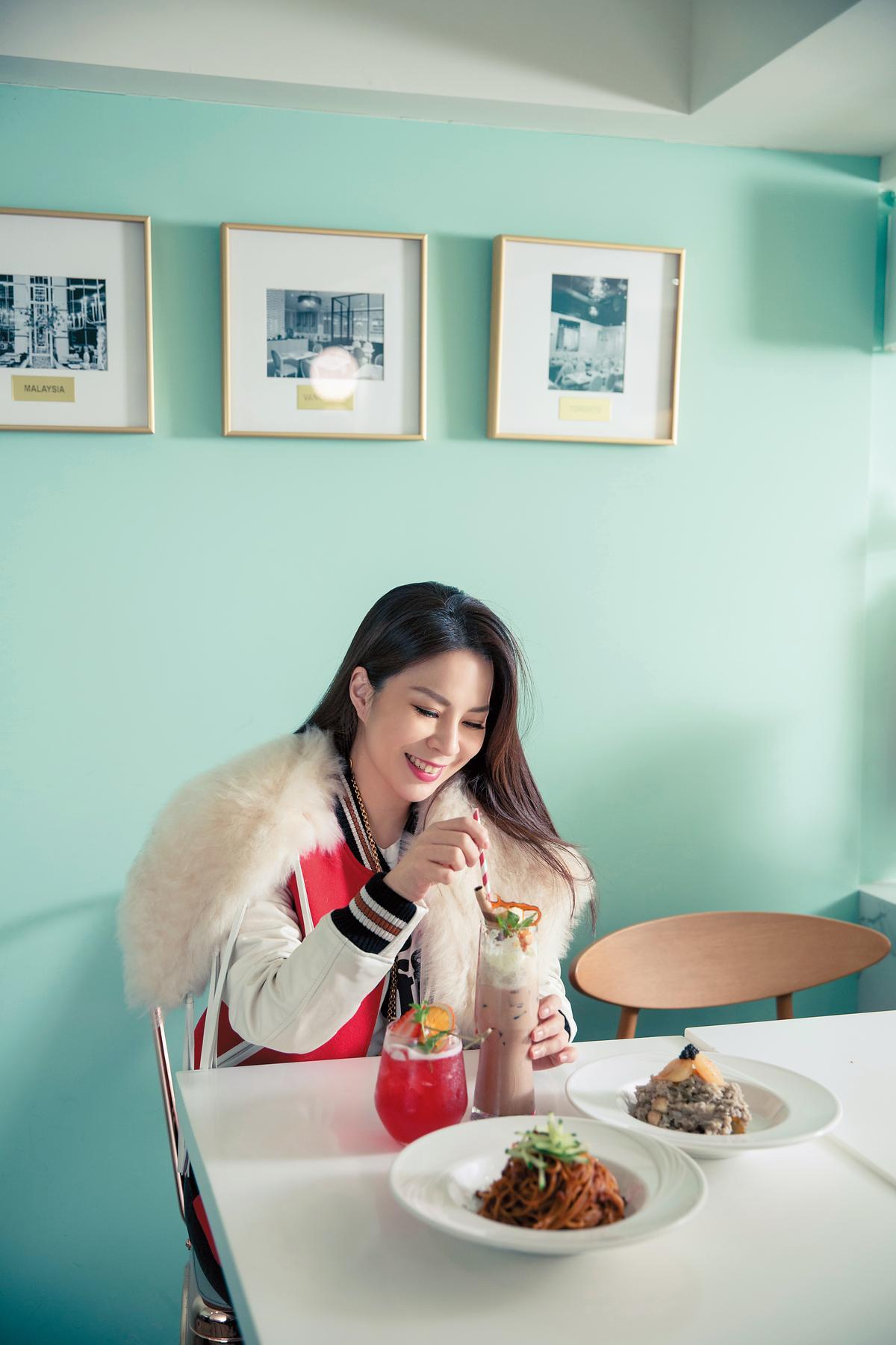 韓國東大門買的白色T-Shirt。 約NT$1,000 COACH紅色皮草棒球外套。 約NT$39,000 DAZZLING café聖誕套餐。 NT$1,180