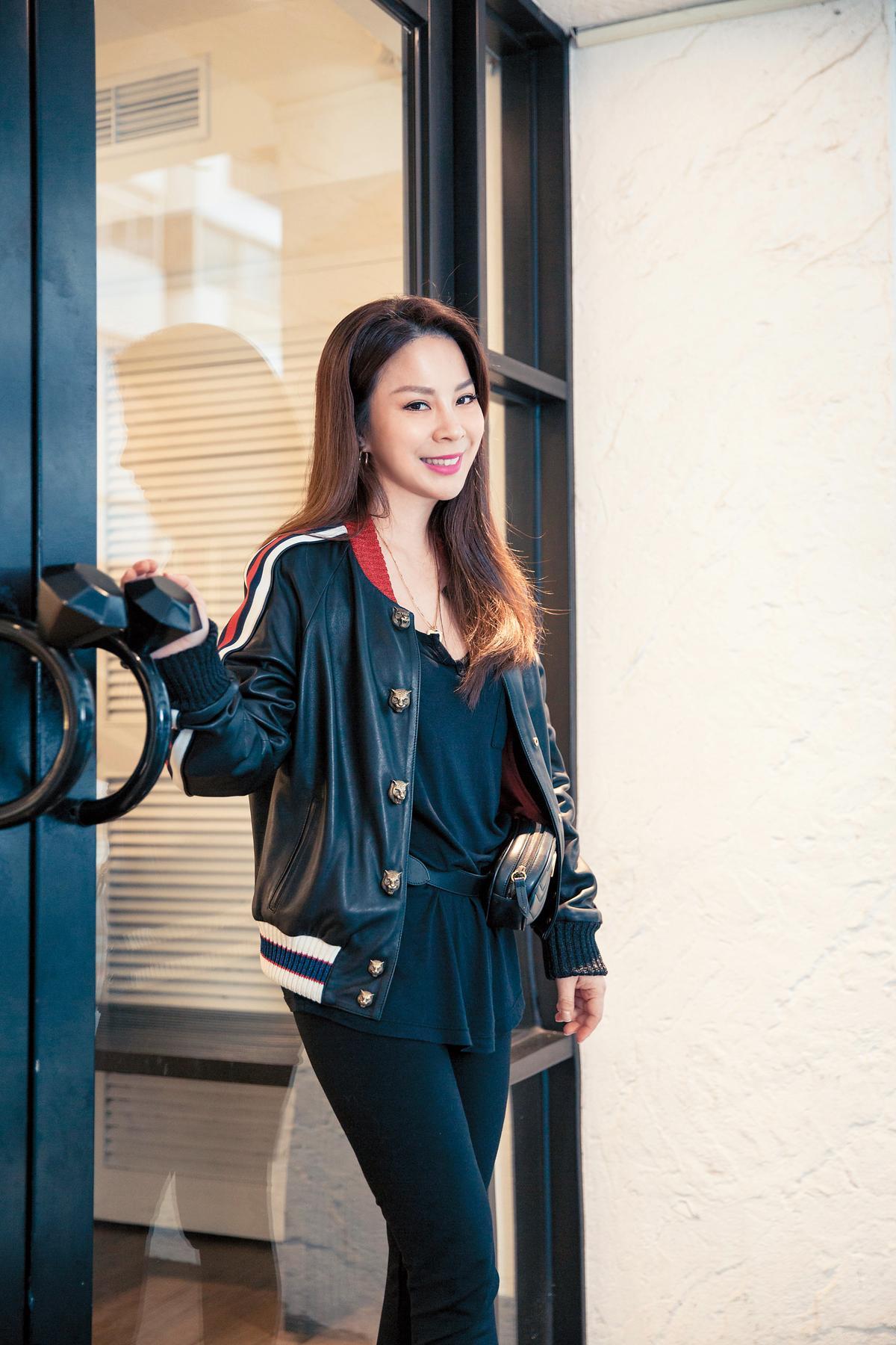 GUCCI皮質棒球外套。約NT$120,000 美國品牌Splendid黑色T-Shirt。約NT$2,900 Velvet Leggings。約NT$6,000 HANSHSU金屬圓圈耳環。約NT$3,980