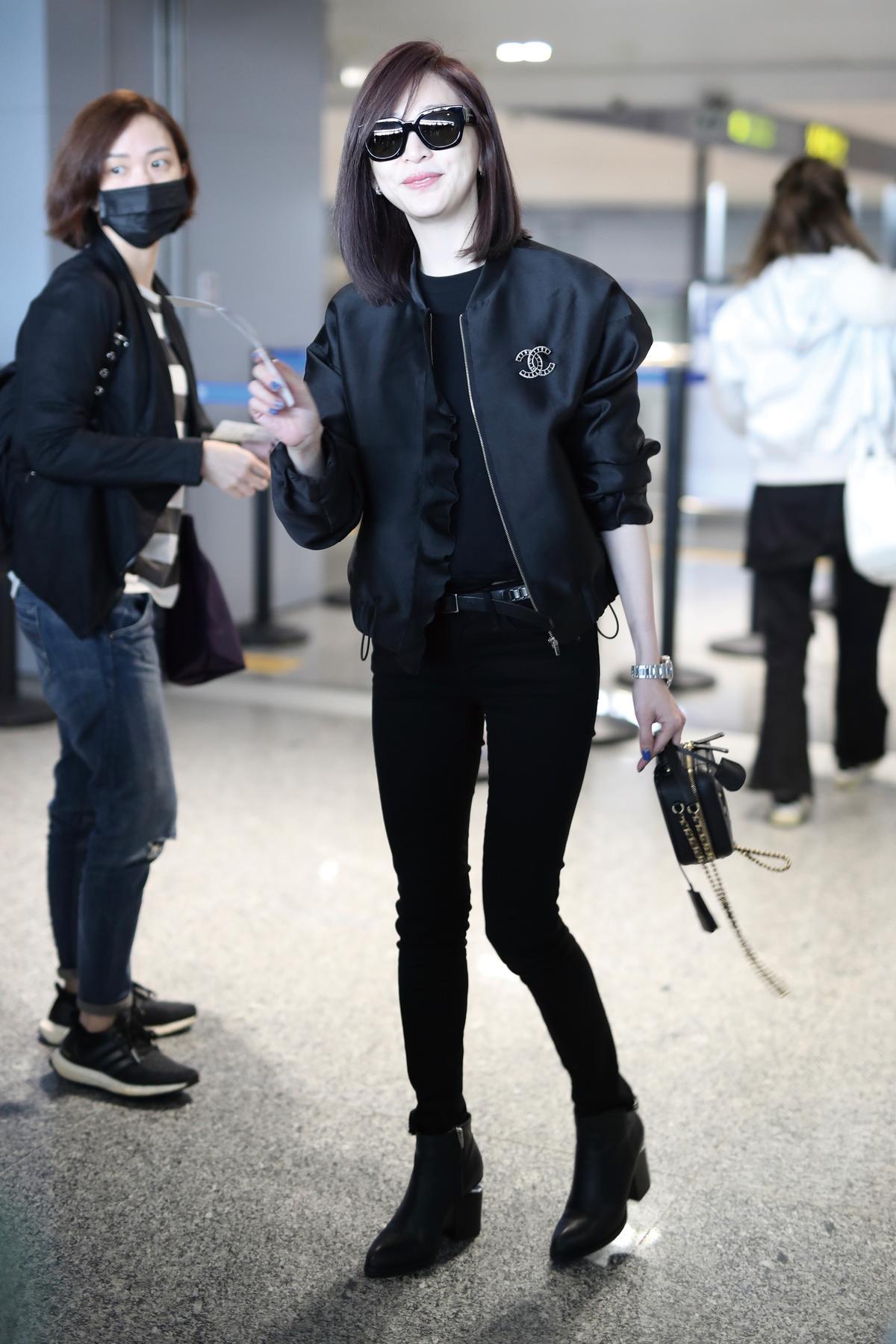 王心凌,個頭嬌小的王心凌,一身黑色的酷酷打扮現身機場,她穿著CHANEL夾克、同色系牛仔褲與短靴,手拎鍊帶小包,簡潔好看,一點也不拖泥帶水。