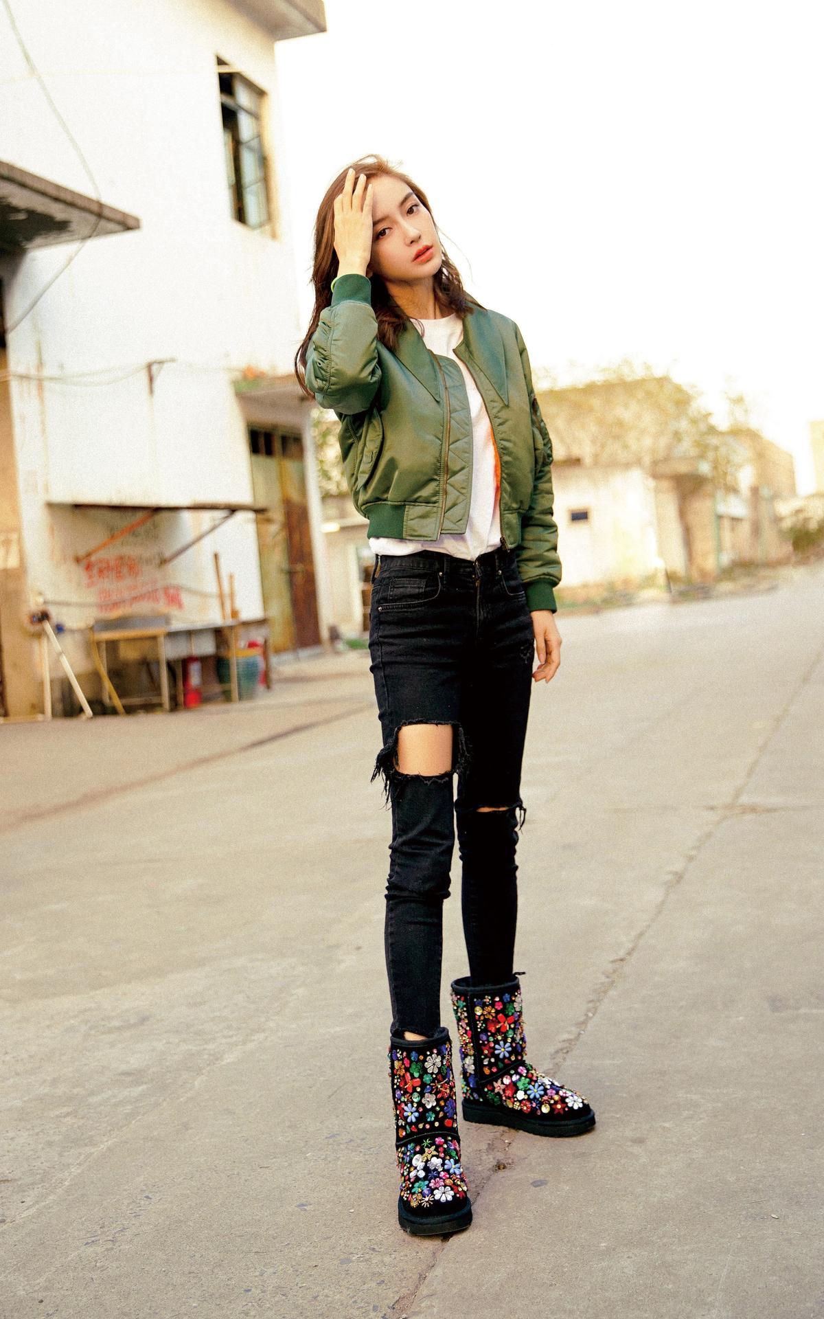 Angelababy,簡單的白T,搭上破褲、花花的高彩度毛靴、軍綠色的夾克,就是好出色。聰明的她全身都是不花俏的素色,因此能夠凸顯每一樣有型單品。