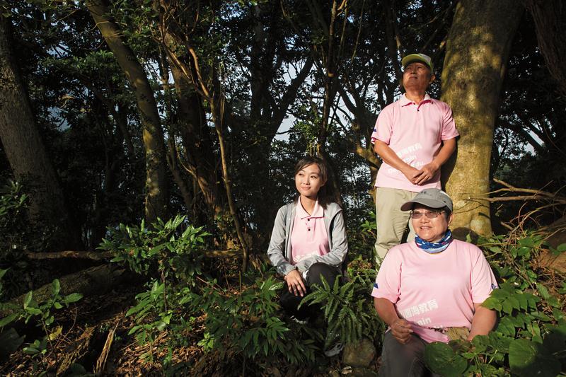 杜麗芳(右)、張俊卿(中)帶我們去爬北投貴子坑,這是他們帶張博崴從小出遊的地方。左為張博崴的姊姊張舒涵。