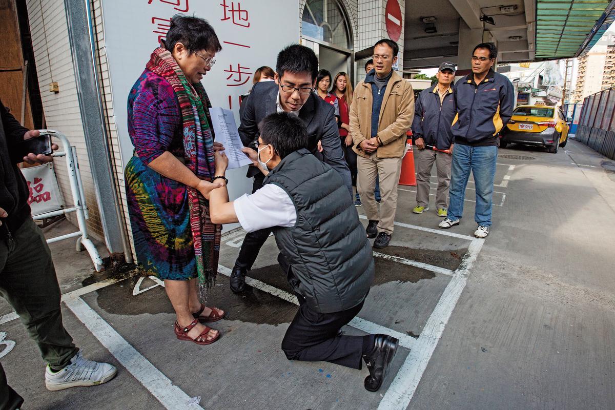 捷七聯開案恐強拆加油站,加油站員工向北市廉政委員王小玉、王奕凱下跪陳情。