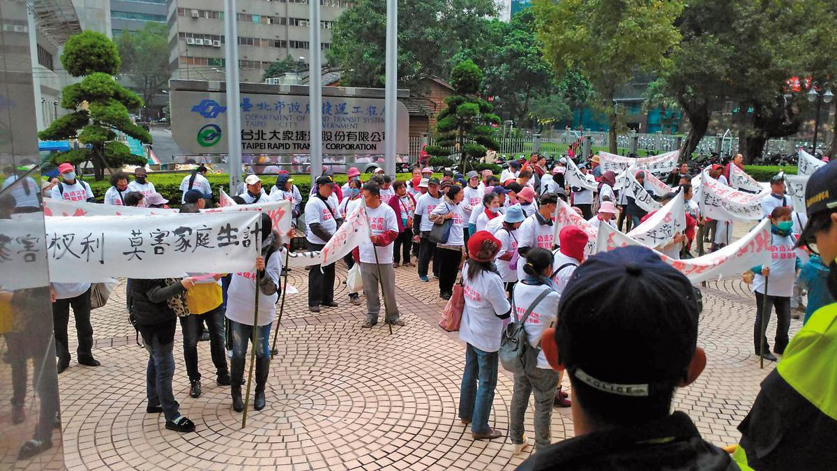 捷運局召開審查會,加油站自救會在場外抗議。