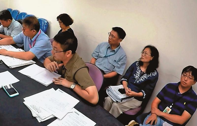 北市府召開協調會,終於揪出是捷運局承辦人員葉智偉(右下)幫議員製作同意書。(讀者提供)