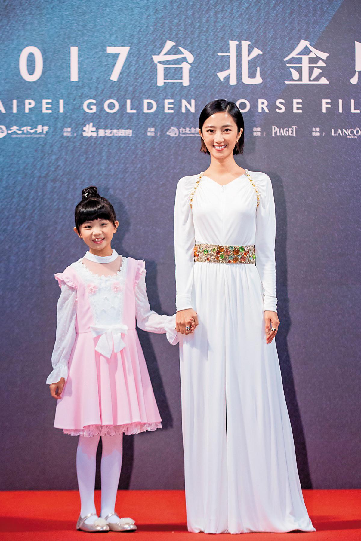 為成人小琪配音的女星桂綸鎂(右)與替童年小琪配音的吳以涵一起出席金馬影展閉幕式。(傳影互動提供)