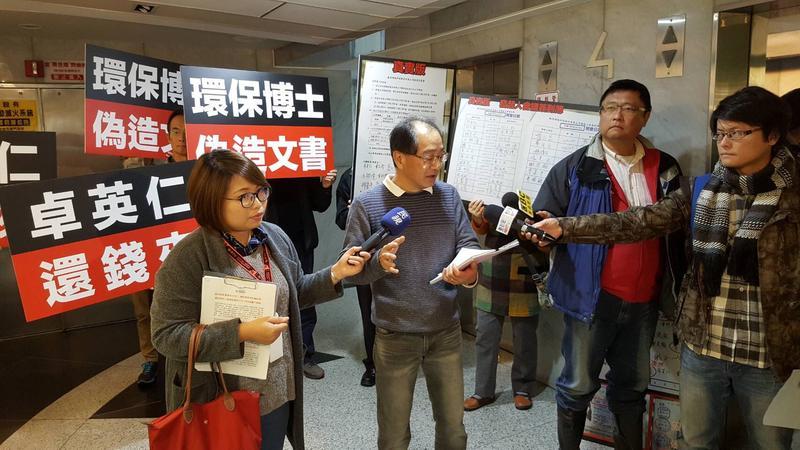 叡昌綠能股東日前在股東會指控董事長卓英仁,詐騙他們的投資款。(讀者提供)