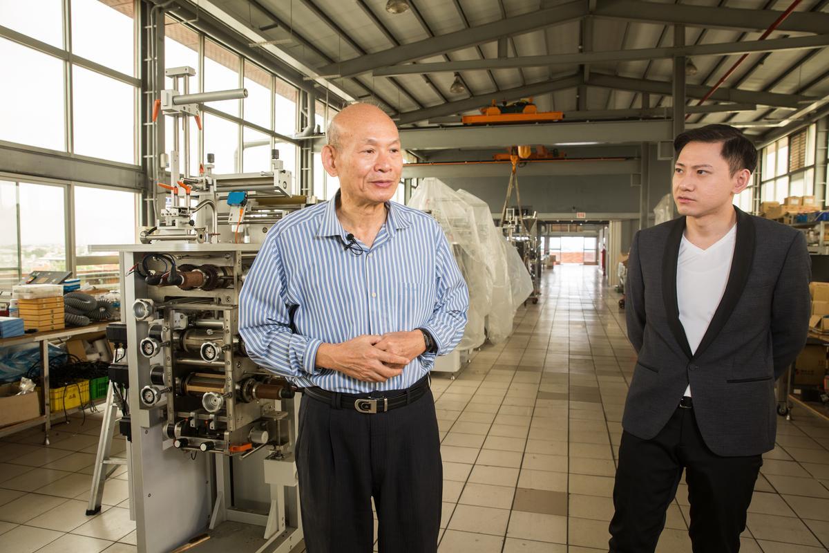 從食品包裝機起家,再跨入醬料市場,董事長吳登良(左)與兒子吳宥澄(右)攜手將市占率做到全台最高。