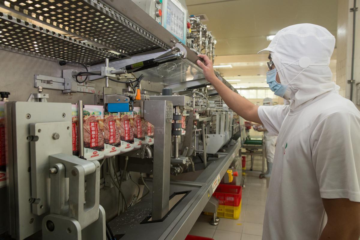 40年前,吳登良在日本看到蚯蚓包裝機得到靈感,因此做起食品包裝機的買賣生意,如今廠內八成機器仍由品高自製,包裝醬料速度全台最快。