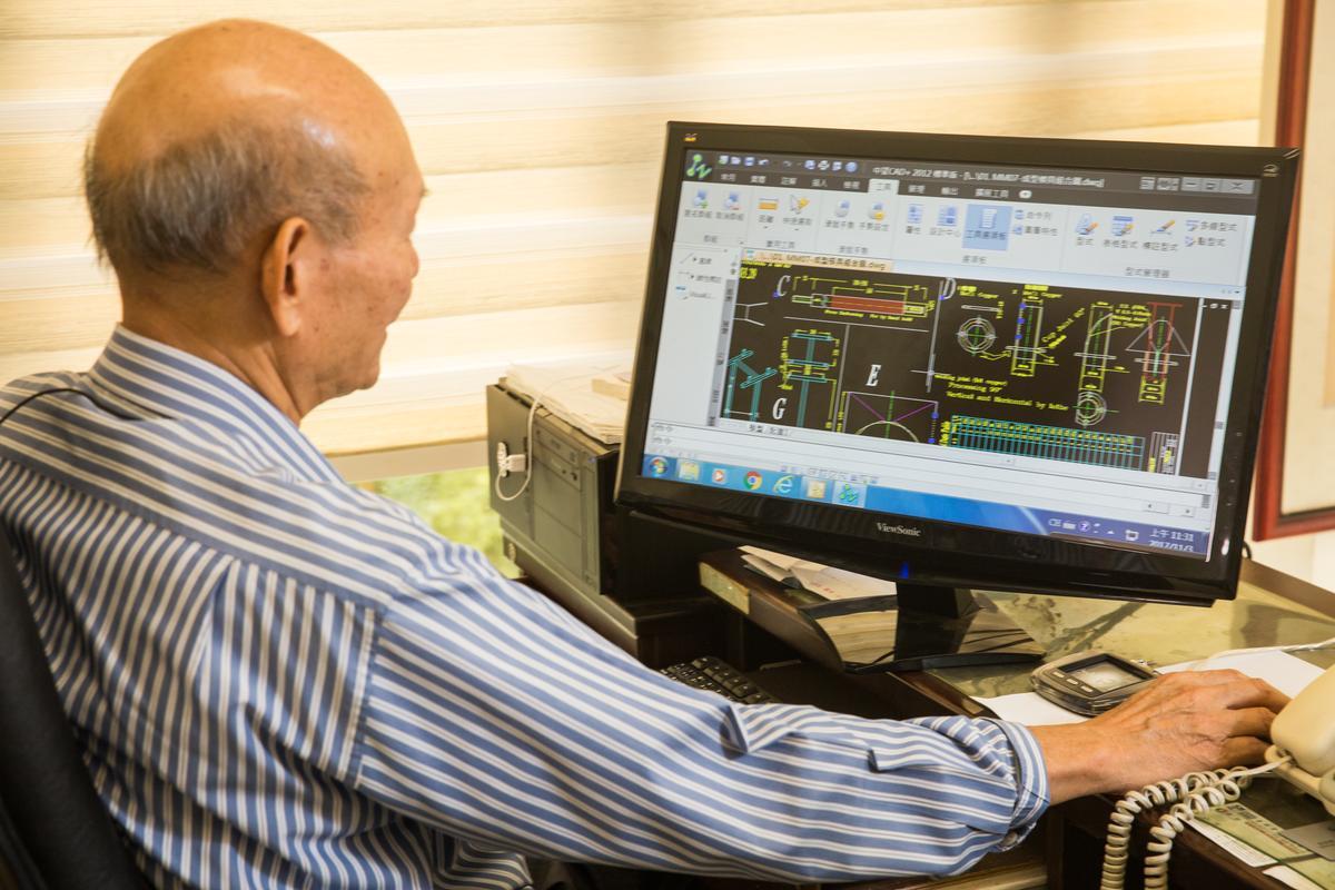 71歲的董事長吳登良,聊到機械很自豪,迫不及待打開電腦秀設計圖。