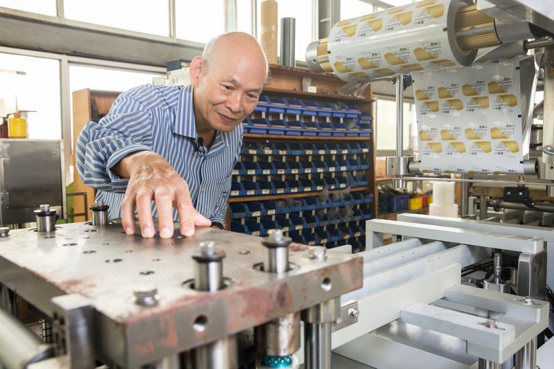 40年前,吳登良在日本看到蚯蚓包裝機得到靈感,因此做起食品包裝機的買賣生意,至今廠內八成機器仍由品高自製。