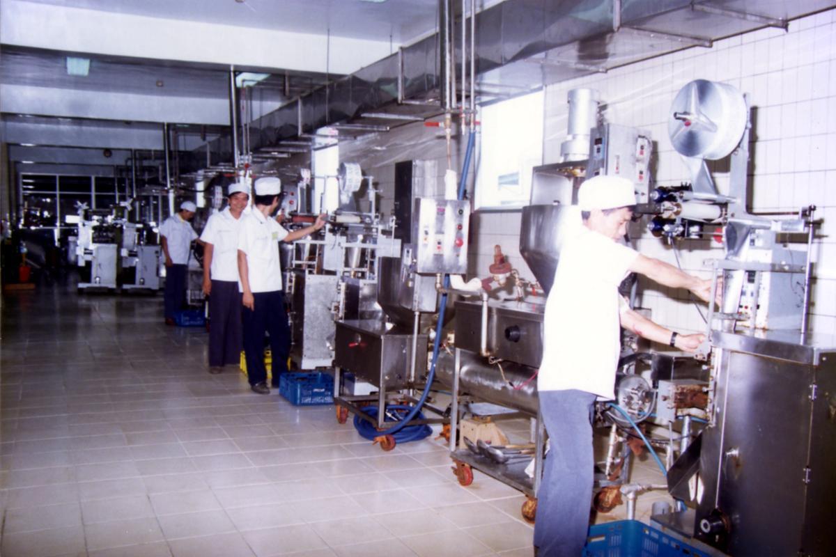 品高早期的包裝機尚未數位化,需倚賴大量人工操作。(品高提供)