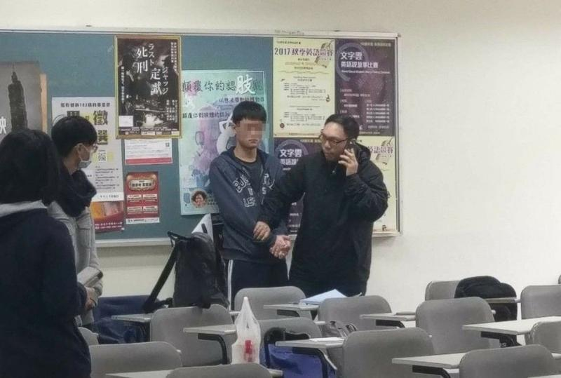 陳姓男學生當場被助教制伏。(翻攝畫面)