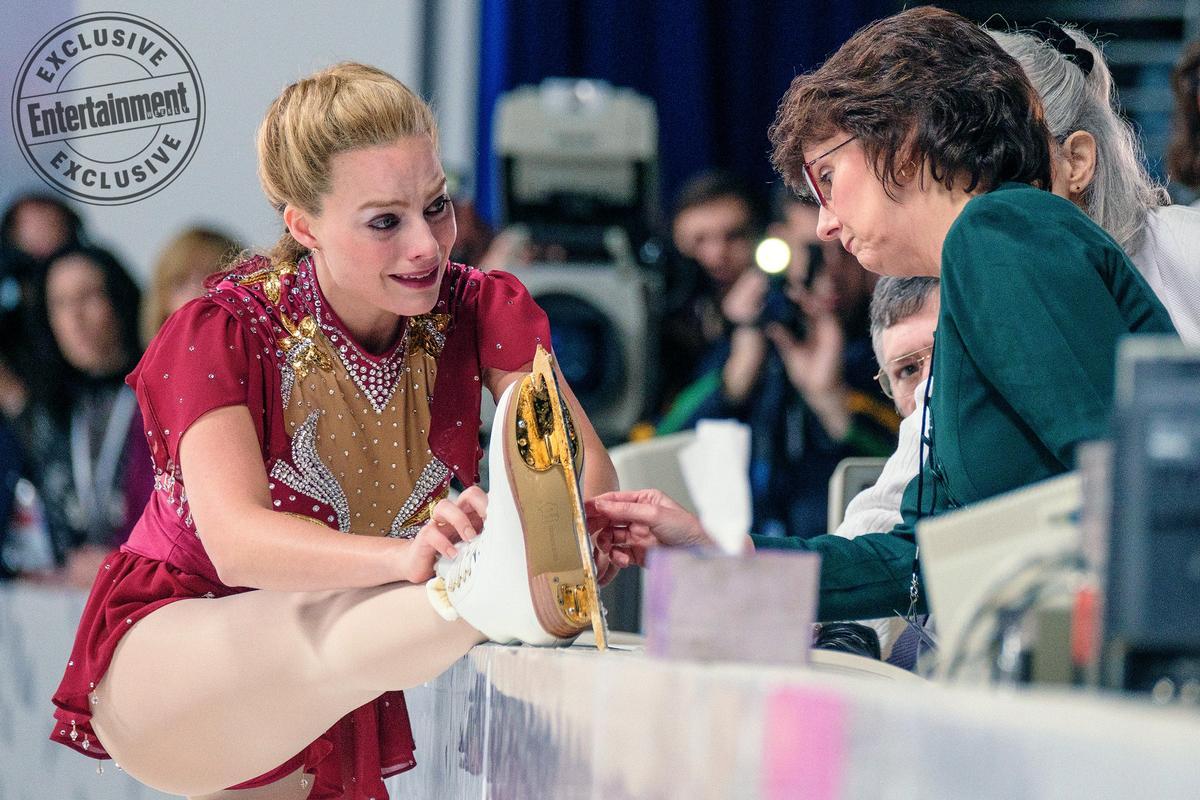 「小丑女」瑪格羅比(左)在《老娘叫譚雅》演出1994年挪威冬奧鬧出醜聞的美國花式滑冰選手譚雅哈定,並入圍音樂喜劇類影后,證明她不是花瓶。