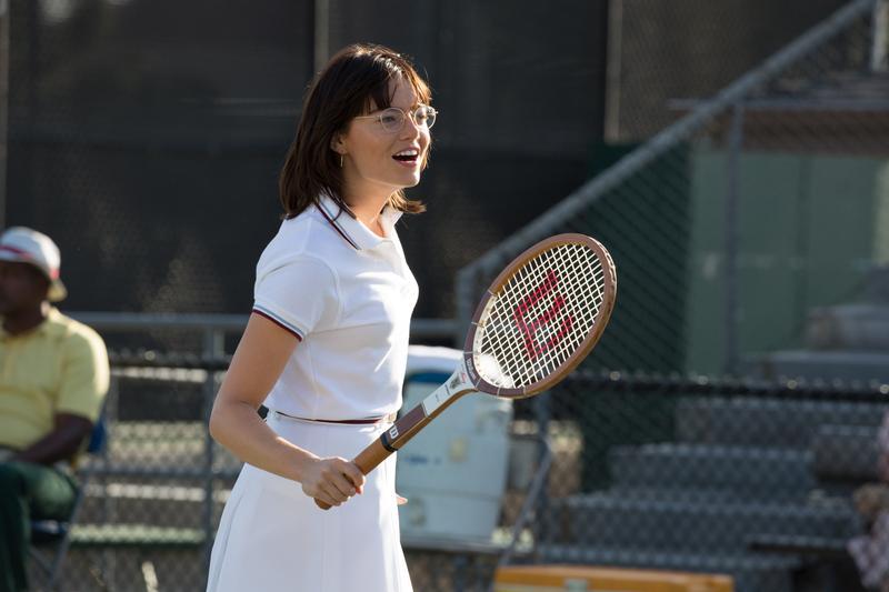 上一屆影后艾瑪史東這次憑扮演女網傳奇球后比莉珍金的《勝負反手拍》,再度入圍音樂喜劇類最佳女主角。(福斯提供)