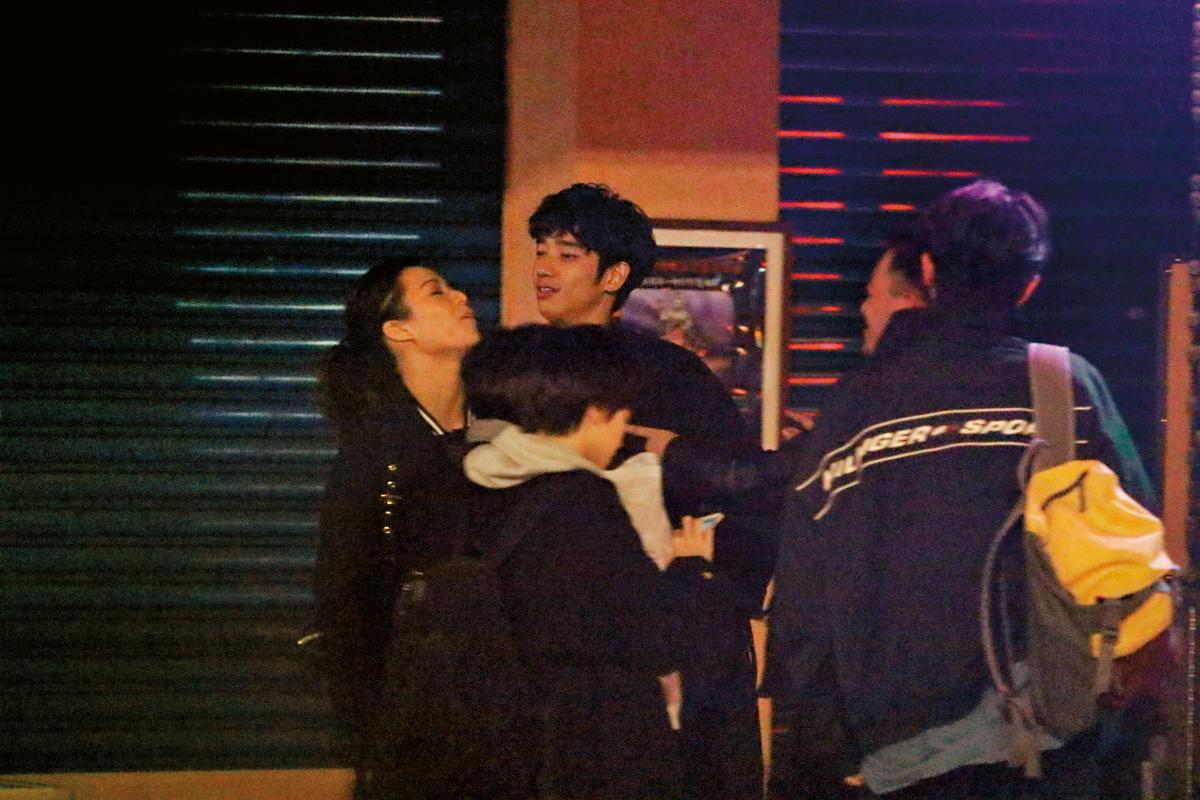11/27 00:36 劉以豪(右)與宋芸樺(左)在路邊打打鬧鬧,男方用胸部硬頂宋芸樺,她也用肩膀回頂。