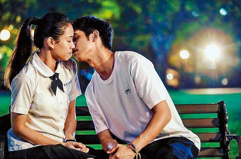 宋芸樺(左)與劉以豪(右)拍吻戲獻出螢幕初吻,NG了近20次才OK。(翻攝自劉以豪臉書)
