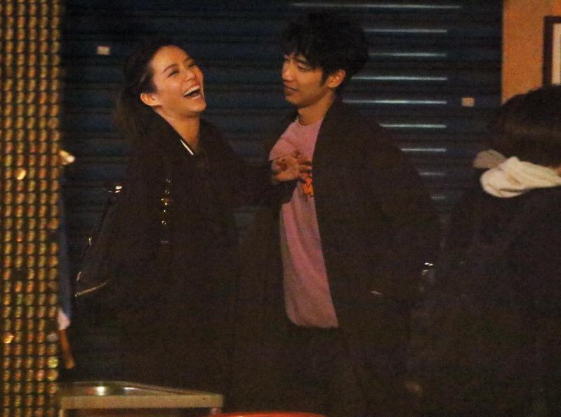 11/27 00:36 劉以豪再次用胸肌去頂宋芸樺,她被頂到樂不可支。