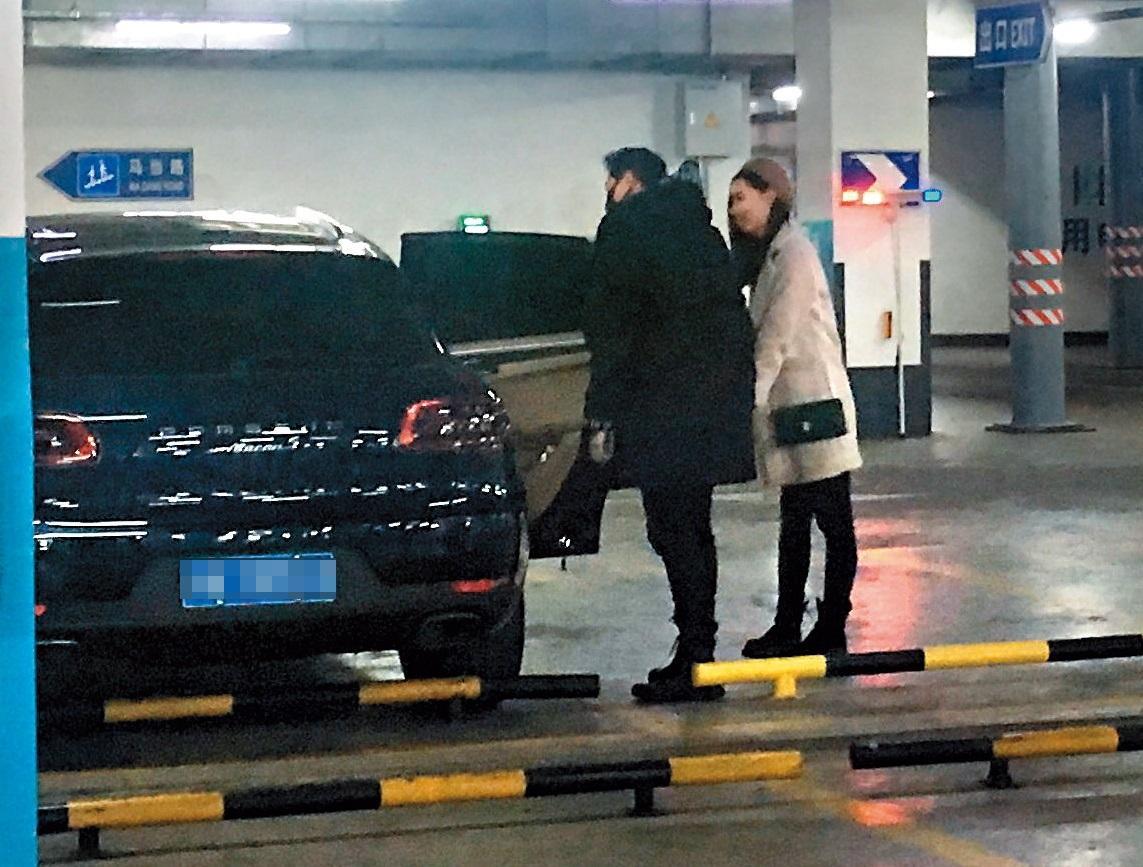 12/9 洪天明(左)與戴帽辣妹喝開了之後,居然一起搭車離開夜店。(讀者提供)