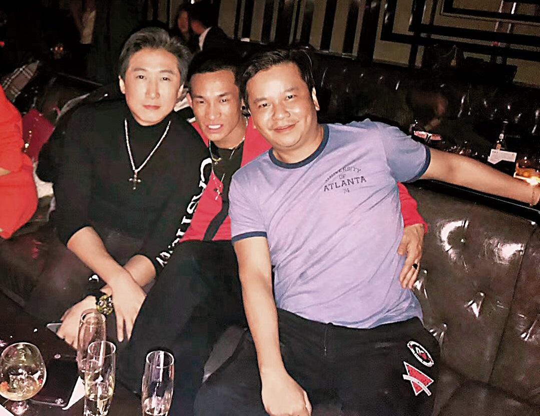 12/9 洪天明(左)9日與朋友在上海夜店玩樂。(讀者提供)