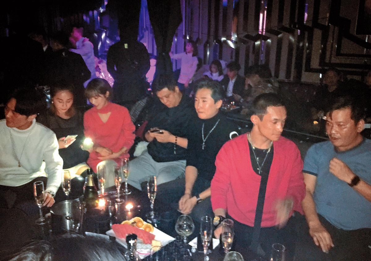 12/9 老婆不在身邊的洪天明(右三)盡情喝酒狂歡,但發現有人拍照,立刻正襟危坐。(讀者提供)
