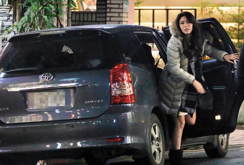 12月6日19:49,白家綺經常由助理載進載出,不過根據本刊調查,其實她在吳東諺之前曾經祕密交往身家百億的失婚小開。