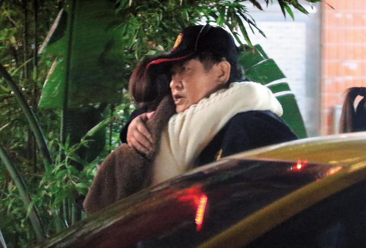 11月27日20:23,親友聚會結束後,白家綺擁抱其中一名男子,可見得她對親情及友情的滿滿回應。