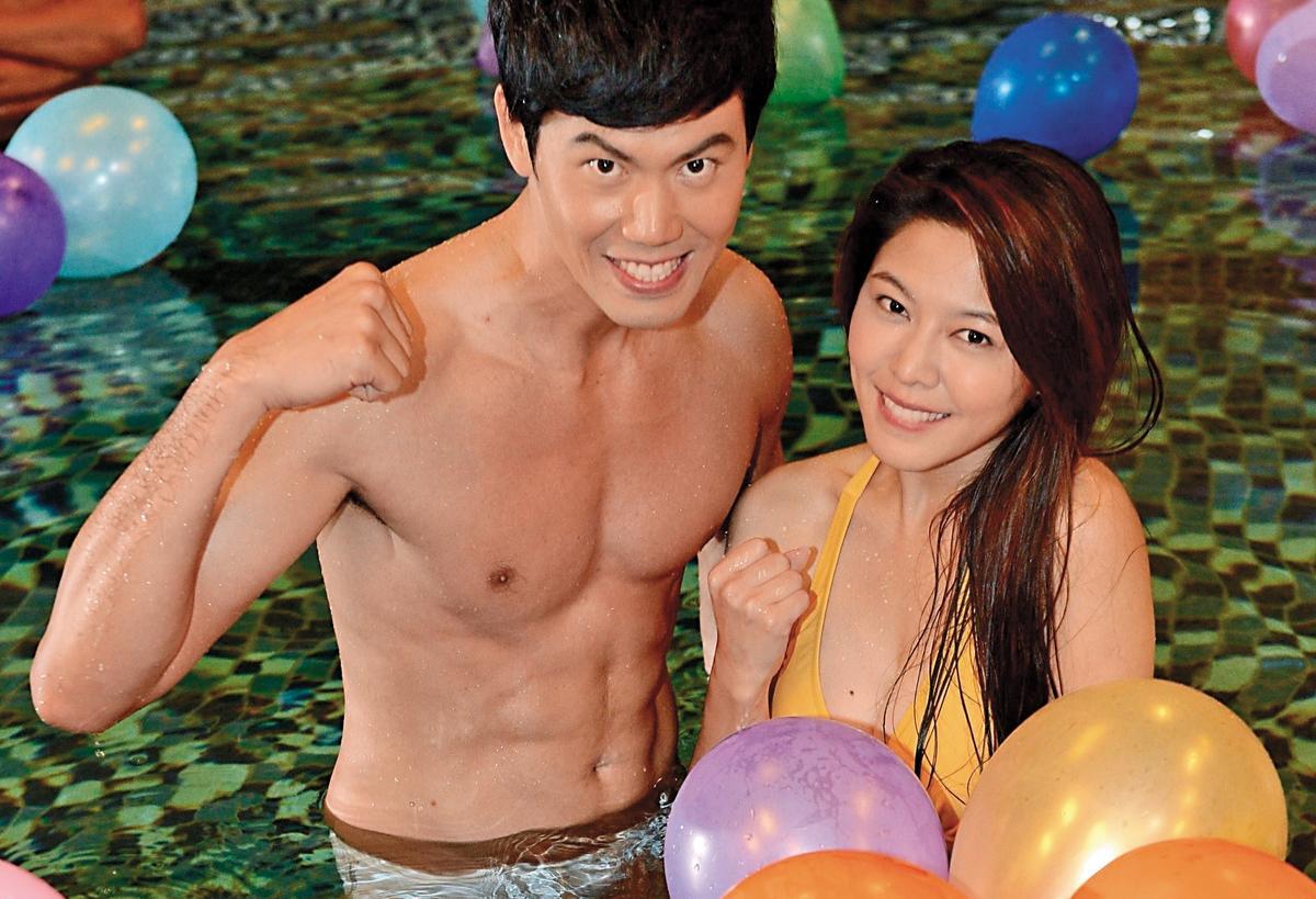 拍戲時白家綺(右)也有泳裝展示,圖為拍《嫁妝》時她跟余秉諺冬天的泳池戲。(民視提供)