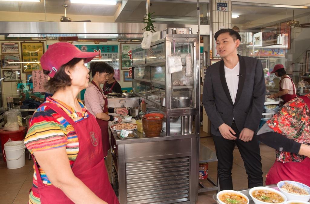 品高第二代吳宥澄(右)只要出差回台灣,必定到這家60年魷魚嘴羹懷念家鄉味。