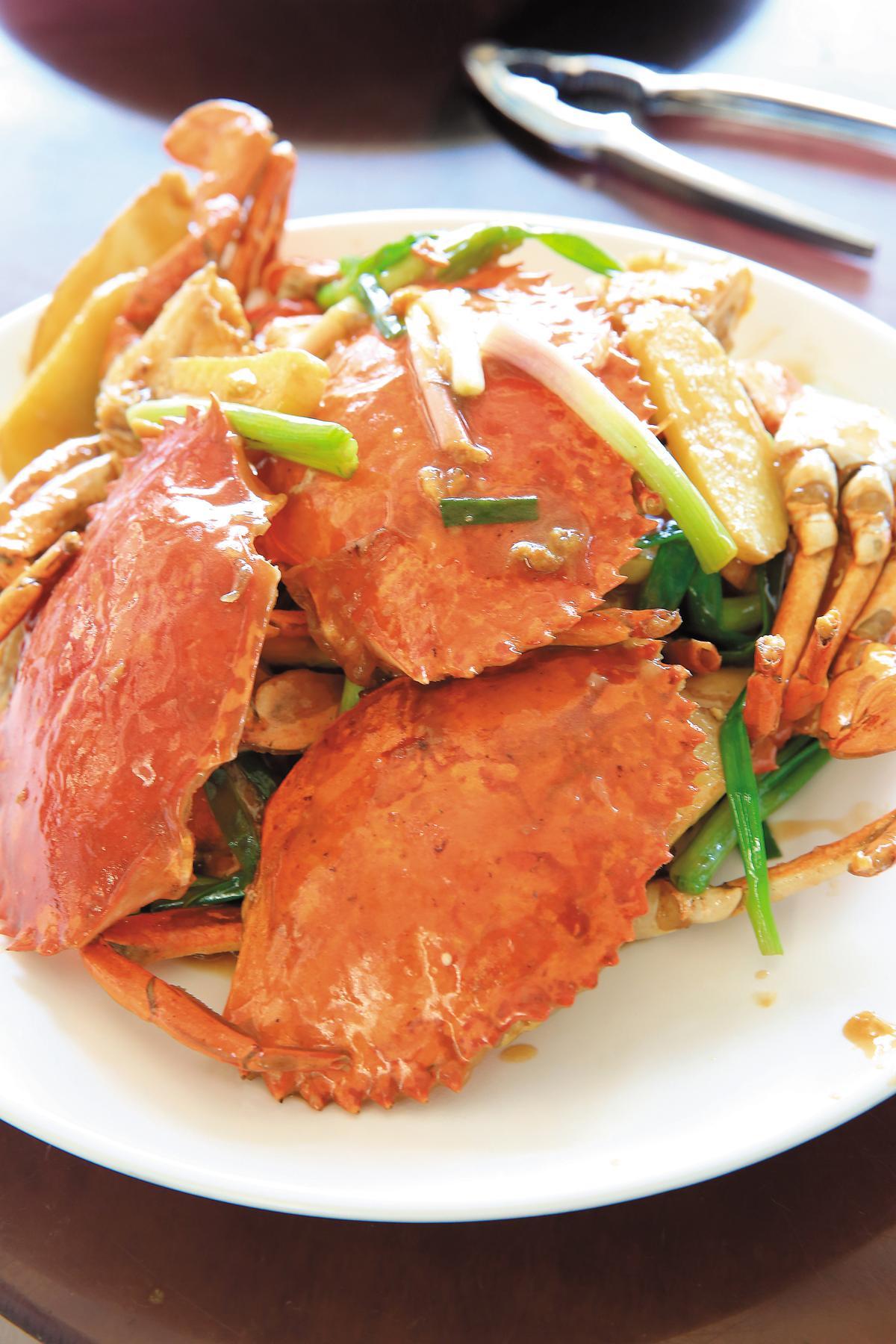 跟避風塘作法相較,「蔥薑焗蟹」更能吃到蟹的原味。(游龍海皇宴12人菜色,港幣3,280元,約NT$12,805)