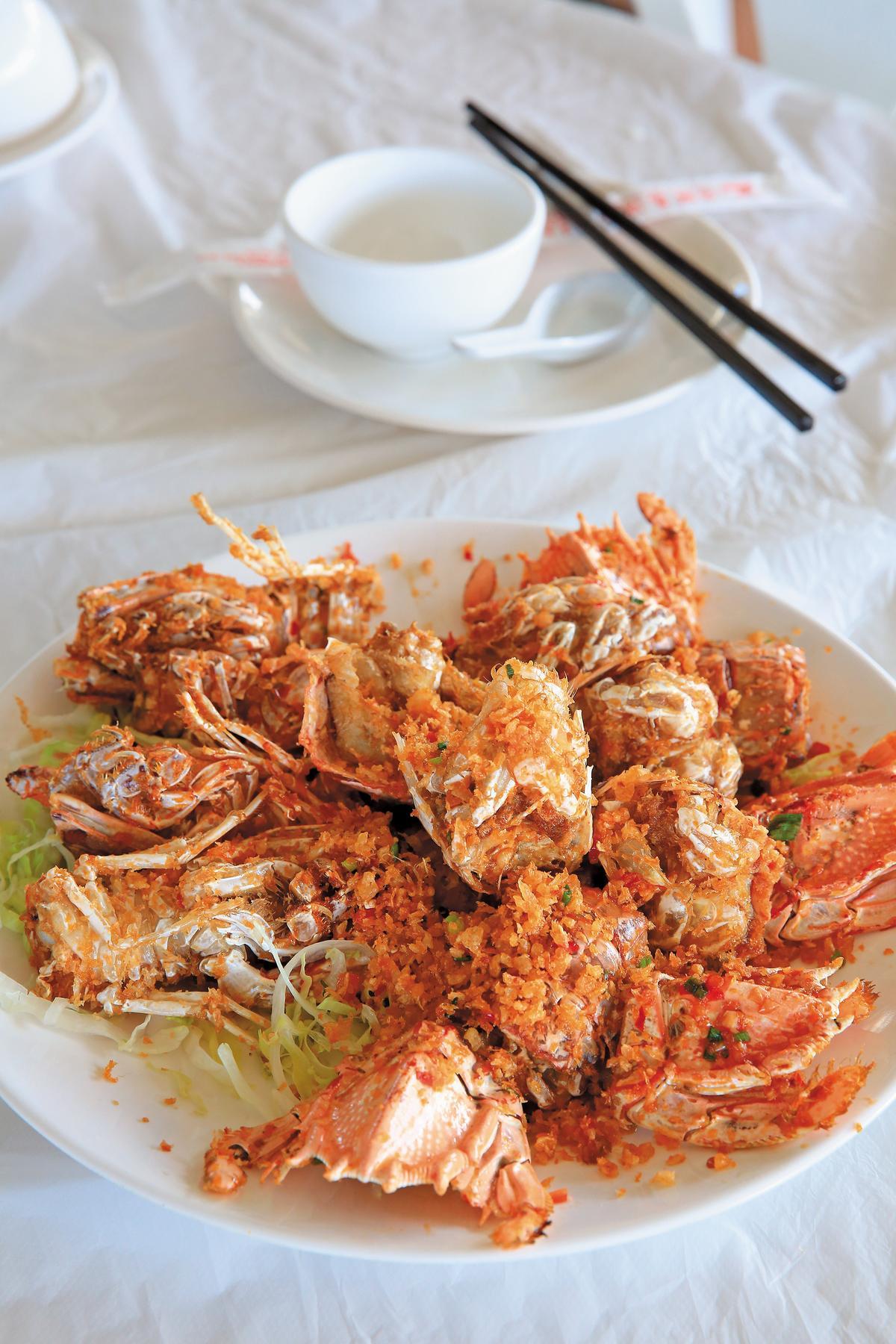 重口味的「椒鹽瀨尿蝦」,貨真價實地用了4隻瀨尿蝦。(游龍海皇宴12人菜色,港幣3,280元,約NT$12,805)