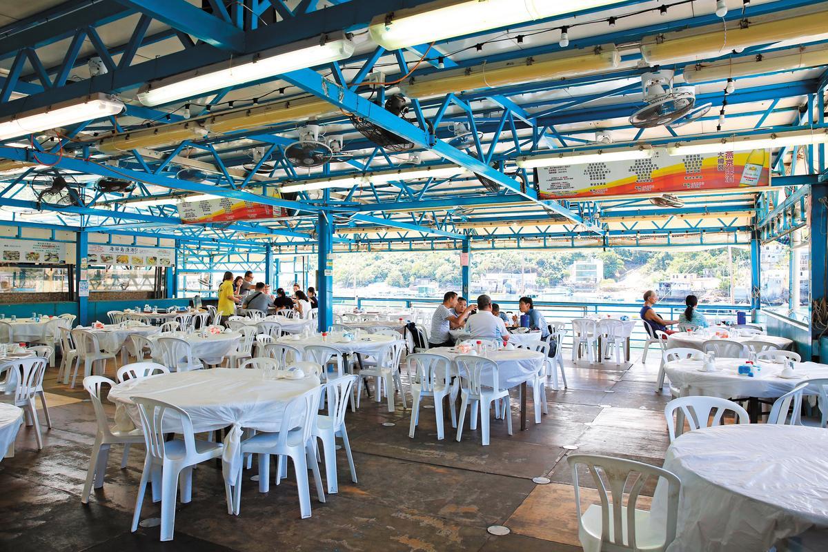 用餐空間就是搭出來的鐵皮屋,視野不錯,但無空調。