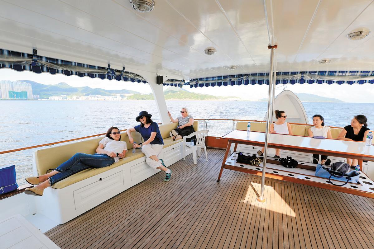 搭遊艇出海是香港人的週末休閒日常。