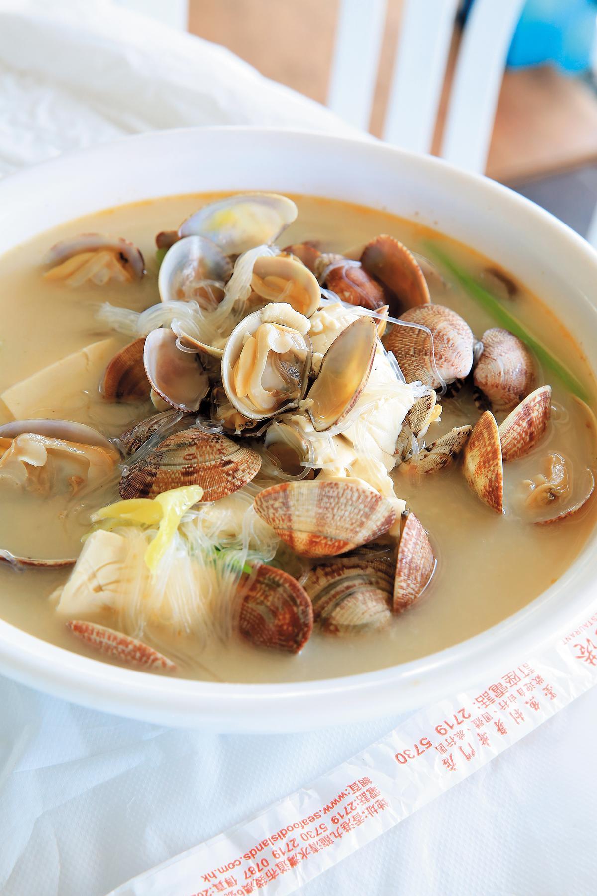 加了白菜、豆腐的「漁翁蜆湯」,是最質樸美味的漁家菜。(單點,港幣98元/份,約NT$382)