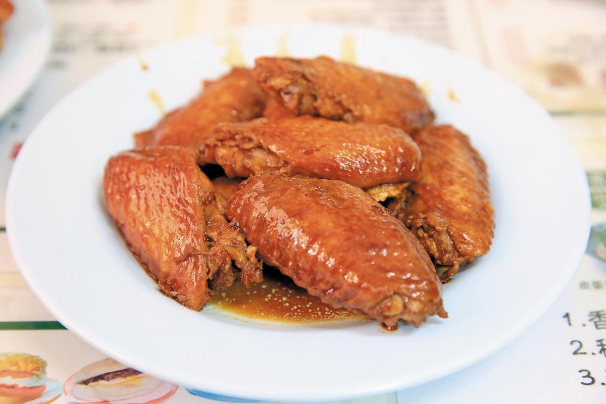 「祕製雞翼」非常肥美,滷汁甘香。(港幣11元/二隻,約NT$43)