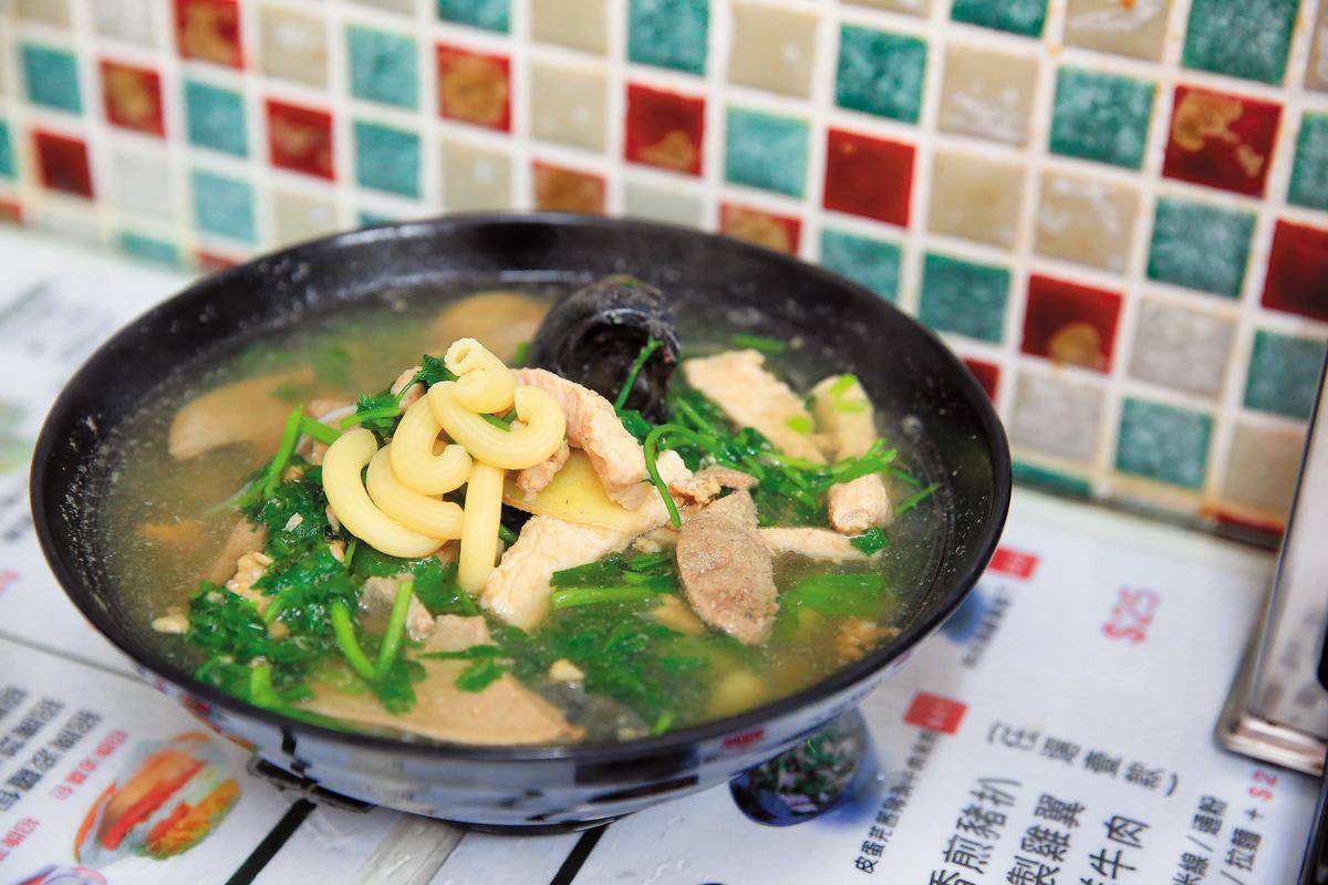 「皮蛋芫荽豬潤通粉」是華嫂從父親處學來的煮法,也是她自己最愛的口味,廣東話的豬潤就是豬肝。(港幣41元/碗,約NT$160)