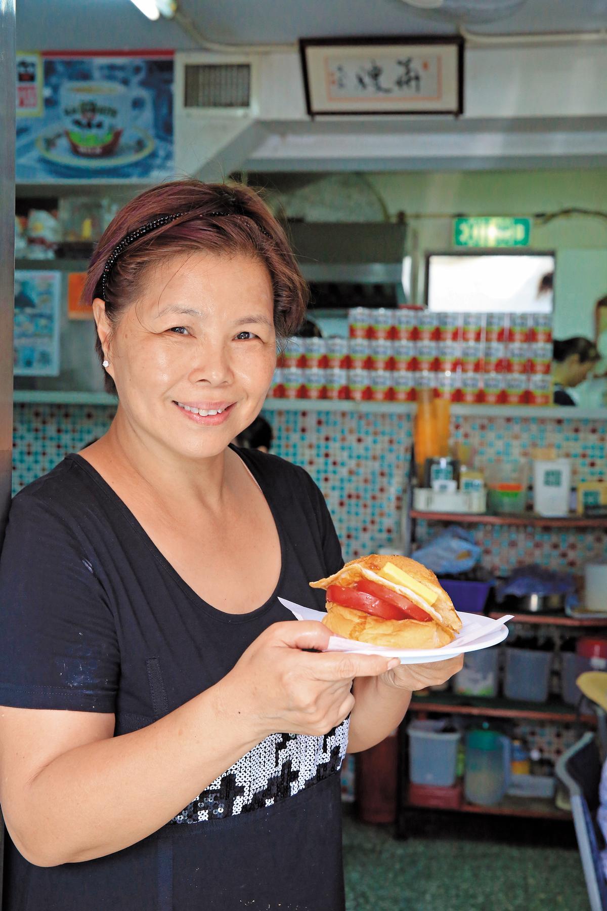 華嫂自稱傳統圍村婦女,兒子要開分店,她堅持為品質把關,絕不冒進,因此名氣雖大,分店卻不多。