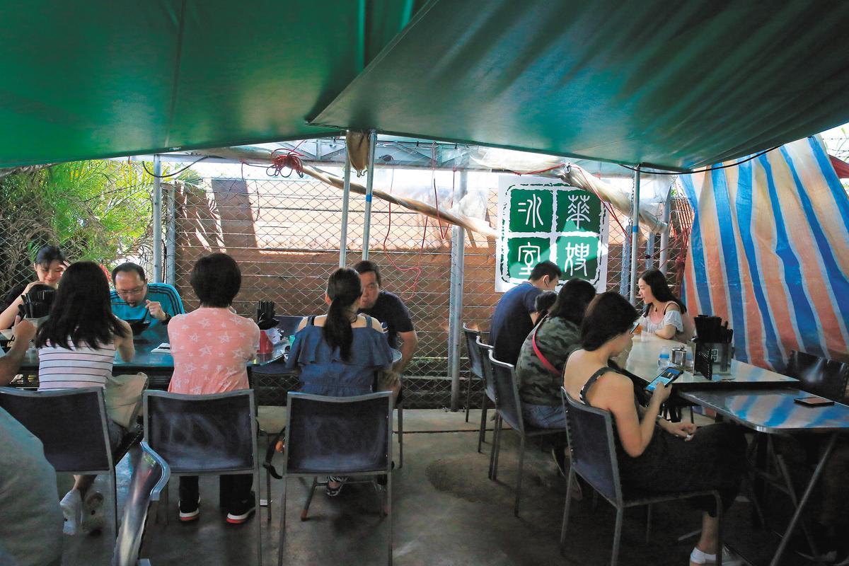 因為排隊的人實在太多,戶外也搭了棚子讓客人用餐。