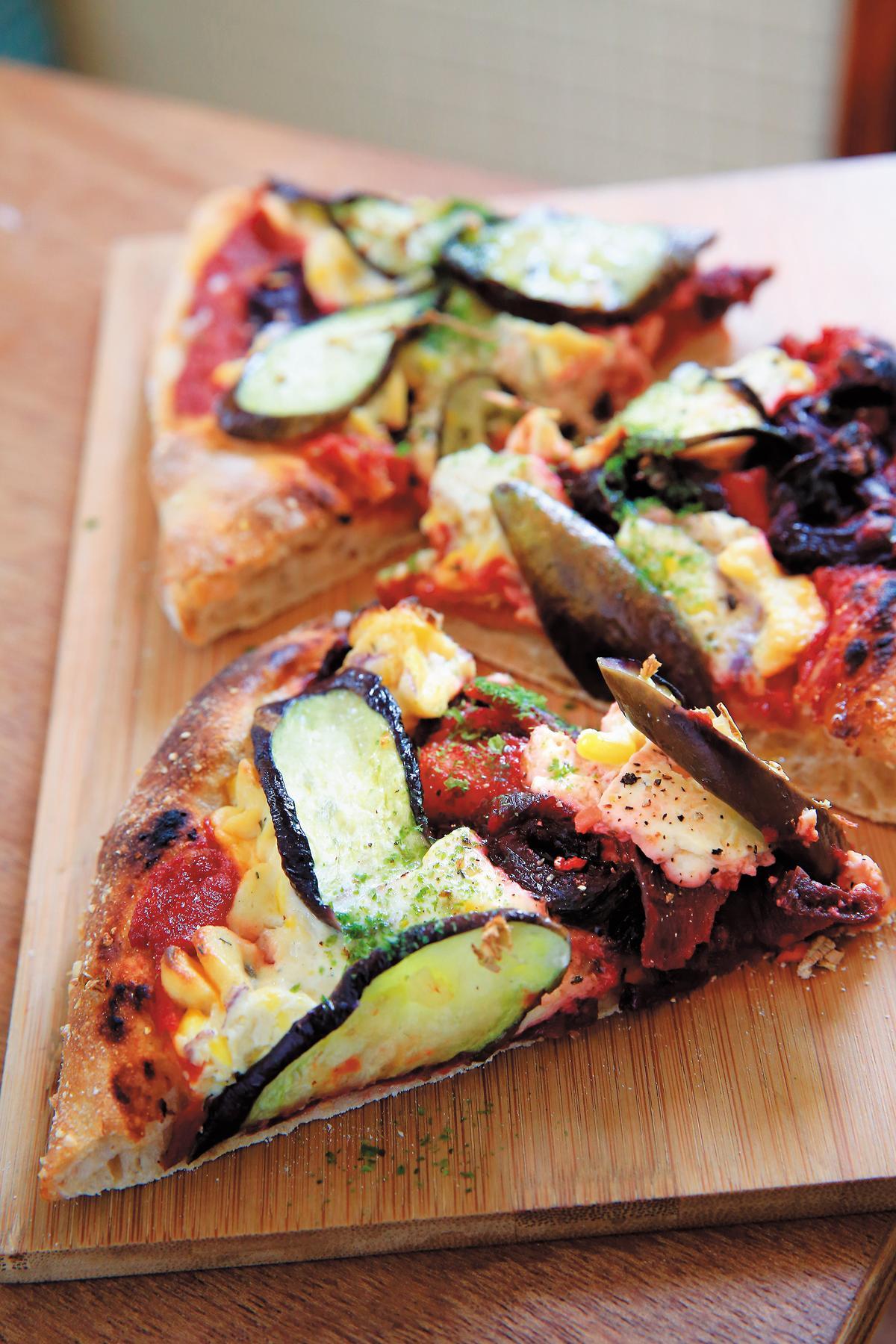 主食是茄子、番茄、甜菜根與乳酪烤成的蔬食披薩。