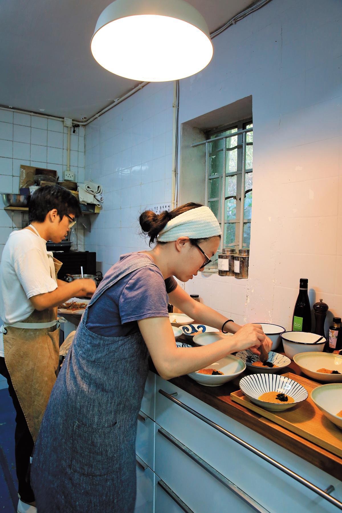 夫妻2人忙碌地在小廚房裡備菜,2歲半的兒子則託給媽媽照顧。