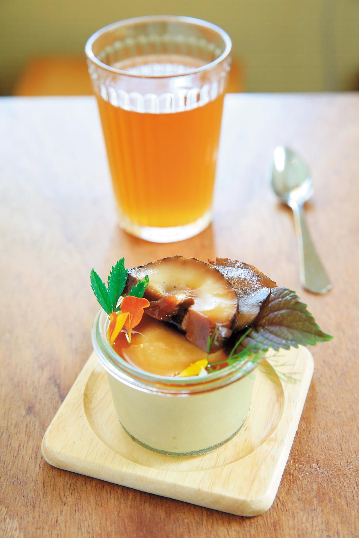 最後的甜點是豆漿布丁(前)與冷發酵的昆布茶(後),布丁上還放了甜味的漬鮮菇。
