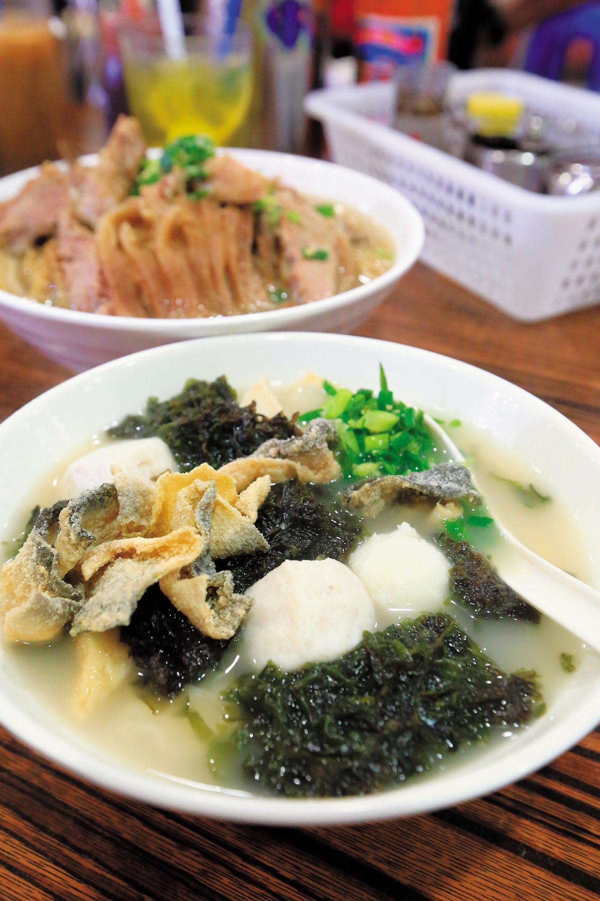「紫菜四寶麵」裡有美味的魚蛋、魚皮、魚片頭。(港幣36元/碗,約NT$141)