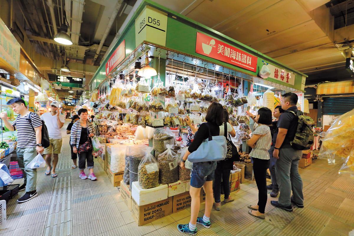 市場裡的「美蘭海味湯料」備齊了四季養生湯料,許多主婦每週都來補貨。