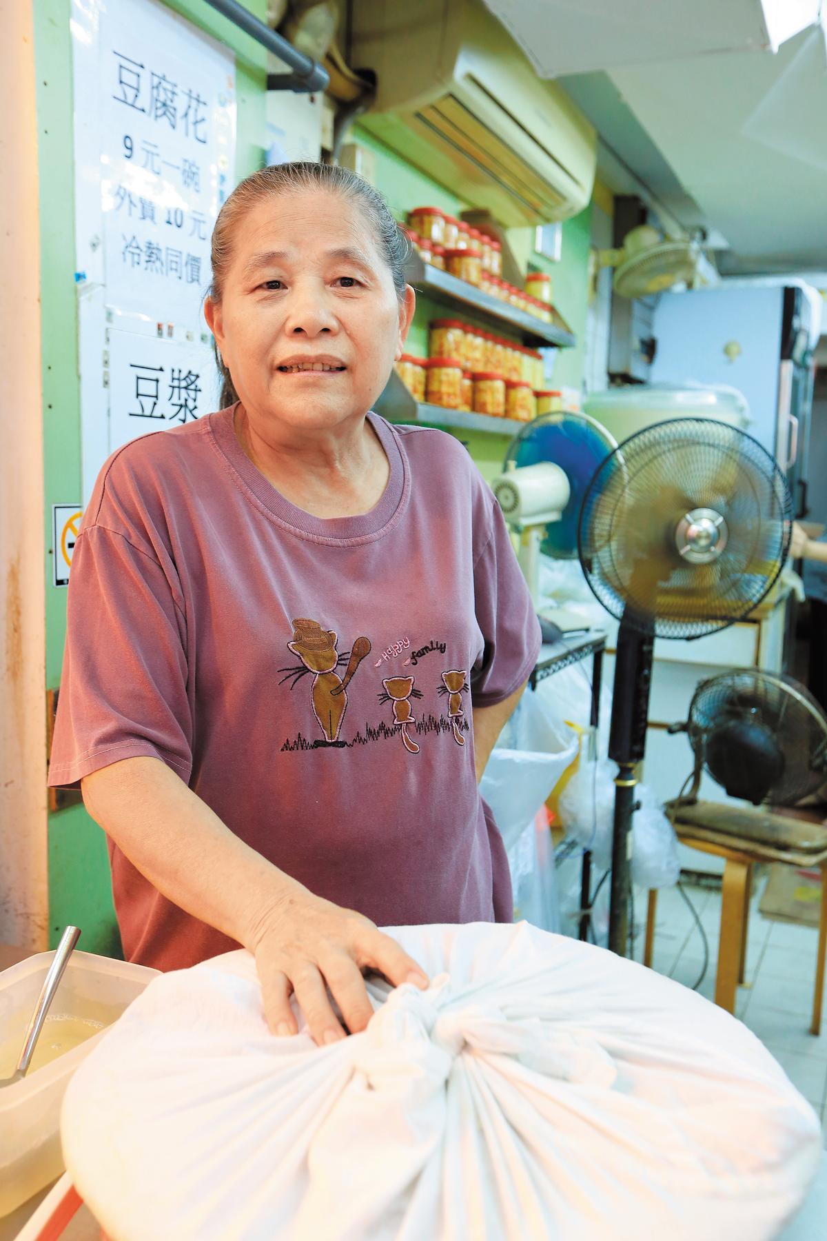 「亞婆豆腐花」店前真的有位阿婆。