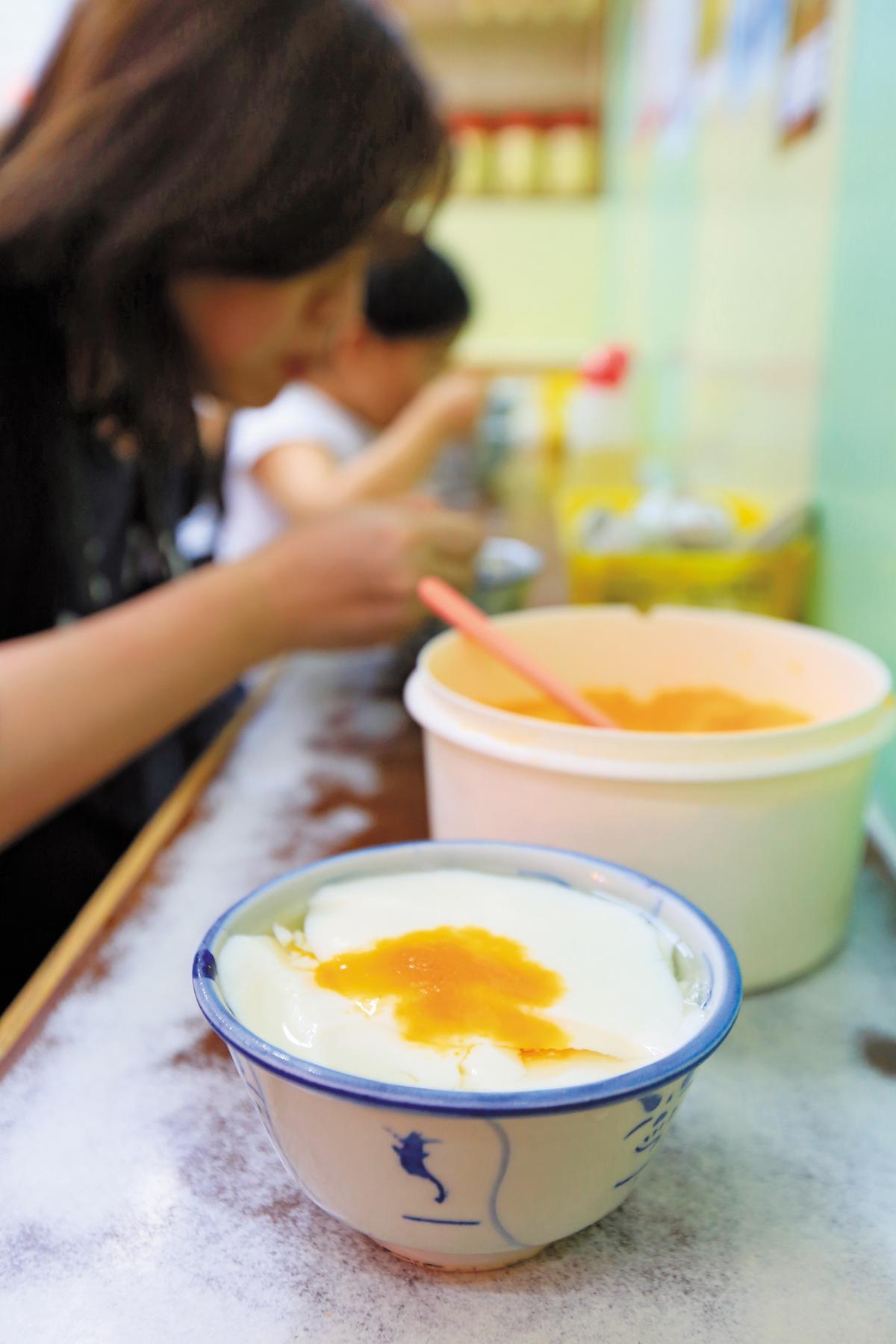 超級柔嫩的「豆腐花」,加了紅糖更好吃。(港幣9元/碗,約NT$35)
