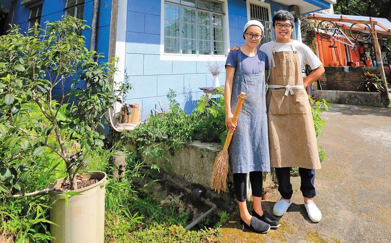 何比(左)與陳達燊(右)在身後的藍色小屋裡過起了理想的小農生活,在香港算是特例。