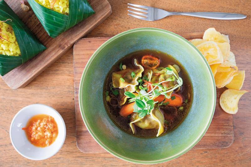 經過改良作法的「牛尾湯」,以湯餃方式呈現。(印尼盾120,000元/份,約NT$316)