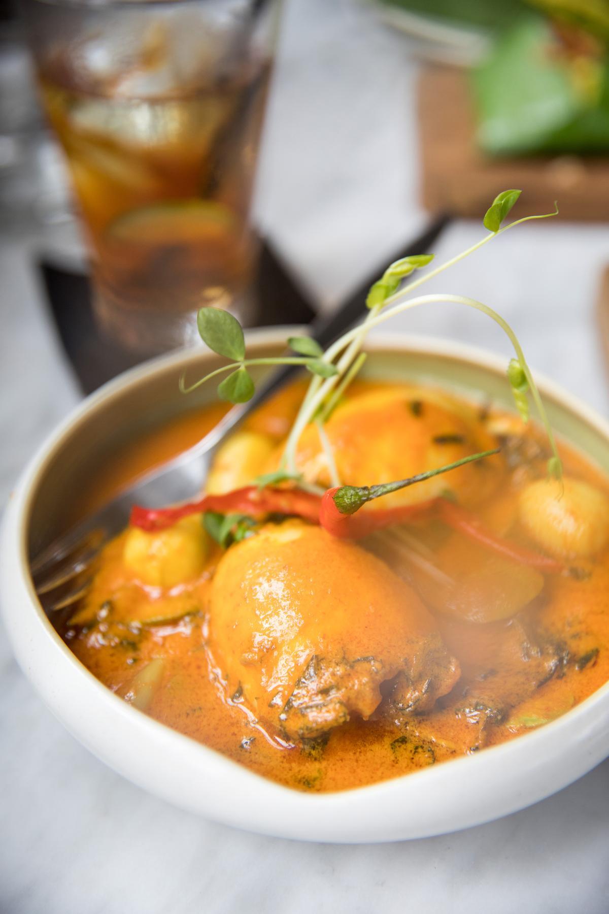 學習自北蘇門答臘的家庭料理燉章魚,放入薑黃燉煮。(印尼盾170,000元/份,約NT$384)