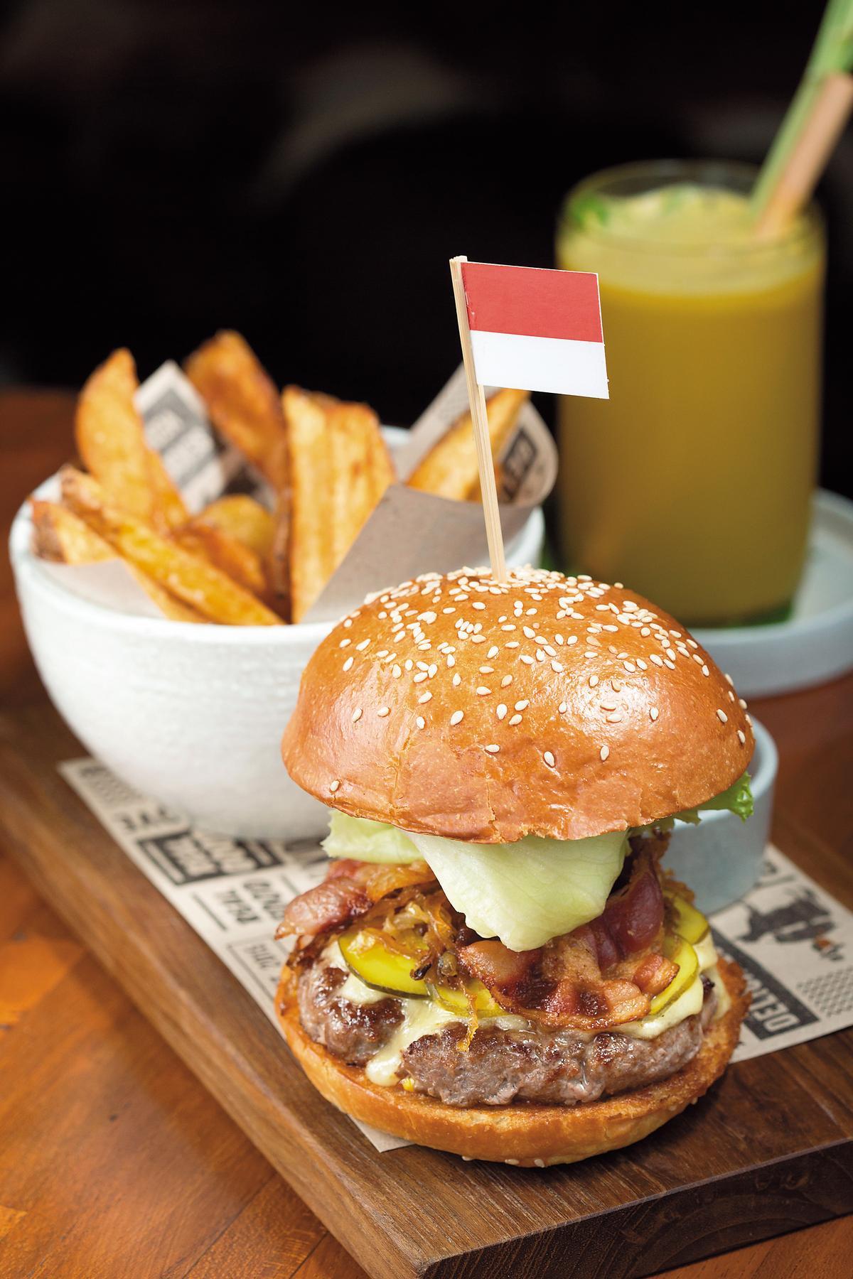 使用純牛肉漢堡排的「BURGER A LA RAY」。(印尼盾128,000元/份,約NT$337)