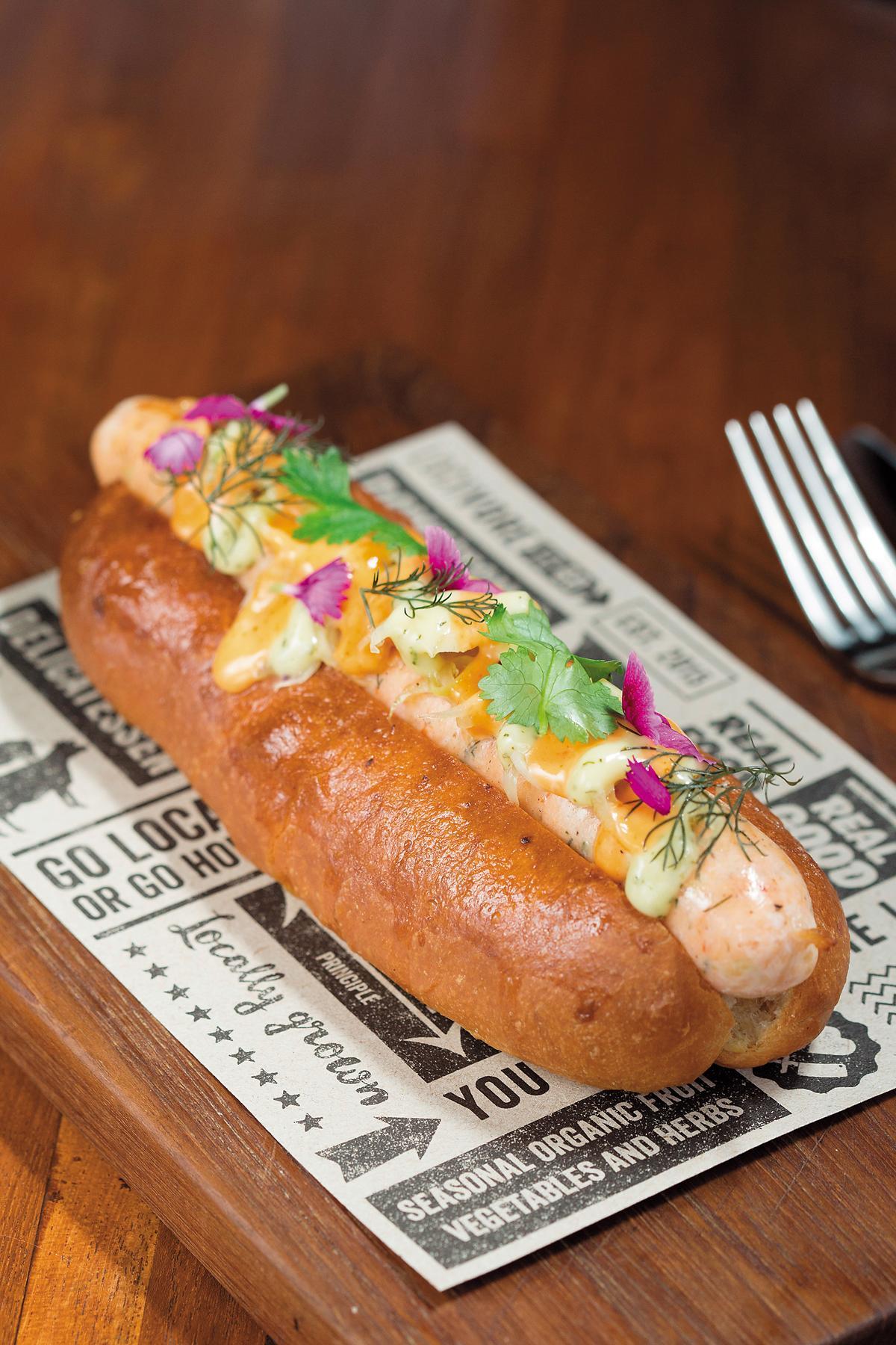 「蝦香腸堡」口感清爽令人印象深刻。(印尼盾93,000元/份,約NT$245)