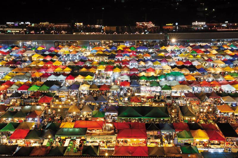 「Ratchada Train Market」是曼谷這2年很受歡迎的夜市,獨特夜景很受喜愛。